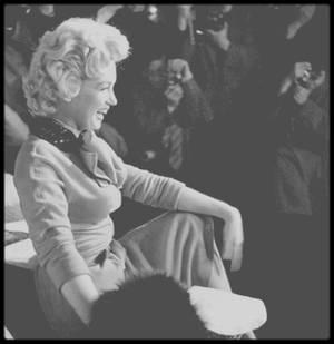 """3 Février 1954 / (PART II) Marilyn lors de sa visite au Japon, pour sa lune de miel avec DiMAGGIO, à """"L'Imperial Hotel"""" pour une conférence de presse..."""