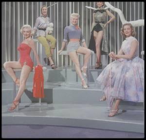 """1953 / Trio de charme, Lauren BACALL, Betty GRABLE et Marilyn, trois mannequins en quête d'épouser un millionnaire, dans le film """"How to marry a millionaire""""."""