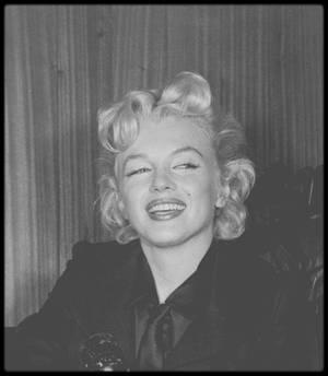 """27 Février 1956 / De retour à Hollywood, Marilyn donne une conférence de presse au sein même de l'aéroport à propos du nouveau film qu'elle doit tourner avec le réalisateur Joshua LOGAN, """"Bus stop""""."""