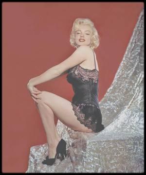 1953 / Marilyn en nuisette vous souhaite une belle fin de soirée ainsi qu'une douce nuit.