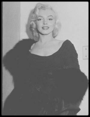 """24 Février 1953 / Marilyn reçoit lors de cette soirée,  le prix """"Redbook"""" de """"La meilleure jeune personnalité du Box Office"""". Nombre de personnalités sont conviées à la soirée, dont l'actrice et amie de Marilyn, Terry MOORE ou le journaliste et également ami, Sidney SKOLSKY. Pour l'occasion Marilyn porte une robe du couturier, Ceil CHAPMAN."""