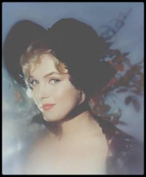 """1956 / Cette session photos aura lieu en Angleterre, alors que Marilyn tourne """"The Prince and the showgirl"""", dans les studios du photographe Jack CARDIFF. / Marilyn l'engagea  pour le film « The Prince and the showgirl » car elle avait appris qu'il était l'un des dix meilleurs directeurs de la photographie anglais, unique dans sa façon de traiter la couleur.  Elle le rencontra à Londres, autour du 19 juillet 1956. Il avait un certain nombre de références : un Oscar pour « Black narcissus » (1946), sa participation à « A matter of life and death » (1946), « The red shoes » (1948), « La reine africaine » (1951), « Guerre et paix » (1956) et beaucoup d'autres films. A la fin des années 50, il réalisa de nombreux films. Sur le tournage de « The Prince and the showgirl » il prit beaucoup de photos de Marilyn, dont certaines en modèle de RENOIR (voir photos)."""