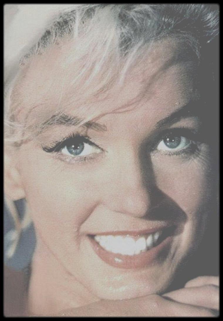 """1962 / LES RARES de Marilyn, se baignant dans la piscine, pour une scène du film """"Something's got to give""""."""