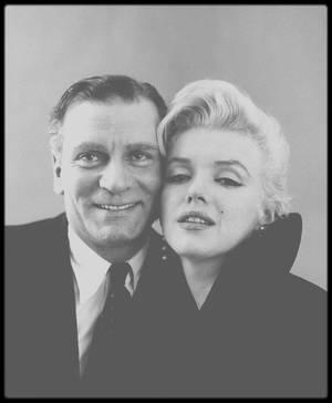 """9 Février 1956 /  Marilyn et Laurence OLIVIER / A midi, se tint dans la """"Terrace room"""" du """"Plaza Hotel"""", une conférence de presse pour annoncer, avec Marilyn et Laurence OLIVIER, Terence RATTIGAN et Milton GREENE, leur production de « The sleeping prince » ou """"The Prince and the showgirl"""". Les deux acteurs se congratulèrent mutuellement devant plus de 150 journalistes et photographes. Il s'agissait d'un événement majeur qui allait réunir un grand tragédien anglais et le plus grand sex-symbol de l'Amérique."""