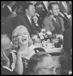 """19 Septembre 1959 / (Part IV) Marilyn, à la demande de Spyros SKOURAS, était à Los Angeles. MILLER ne l'accompagnait pas. Il avait pensé que s'il l'accompagnait, cela ne ferait que réveiller ses rancoeurs politiques. Ce fut donc Frank TAYLOR (ami et éditeur de MILLER) qui accompagna Marilyn ce soir-là. La Fox organisa un banquet donné au """"Café de Paris"""" en l'honneur de Nikita  KHROUCHTCHEV, premier secrétaire du Parti  Communiste soviétique, venu visiter les studios de la Fox. Frank SINATRA  fut le maître de cérémonie. Les invités furent, outre des directeurs de studio (Buddy ADLER) et des journalistes, Elizabeth TAYLOR, Debbie REYNOLDS, Judy GARLAND et Kim NOVAK. Marilyn arriva au bras de George CUKOR, pour faire la promotion de leur prochain film, « Let's make love ». C'est à cette occasion qu'elle revit Billy WILDER (avec qui elle n'avait plus eu de contacts depuis le tournage de « Some like it hot » en 1958) et que leurs relations se dégelèrent."""