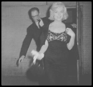 """1955-59 / ACTORS STUDIO / (Part II) Ce petit bâtiment en briques rouges, renferme la plus grande école d'acteurs du monde, non pour sa taille, mais pour sa réputation et pour les artistes qui ont franchi ces portes pour se faire initier à The Method. L'école a été créée en 1947, ce n'était au départ qu'un atelier où des comédiens, déjà confirmés, pouvaient venir répéter leurs rôles. """"L'Actors Studio"""" a connu ses heures de gloire grâce à son directeur, Lee STRASBERG, qui mit au point « la méthode » (the Method) et la popularisera de 1951 à 1982. Pour créer la méthode, il s'inspira du travail d'un certain Constantin STANISLAVSKI (1863-1938) qui était metteur en scène et professeur de théâtre russe. On lui doit deux ouvrages incontournables du métier d'acteur « La formation de l'acteur » et « La construction du personnage ». Ses deux livres, qui révolutionnèrent toute l'Europe de la comédie en son temps, sont la base de « The Method » de """"l'Actors Studio"""" : Les trois aspects principaux de la méthode STRASBERG sont : la relaxation, la concentration et la mémoire affective. C'est à travers ces trois pratiques que l'acteur doit faire vivre son rôle. La méthode consiste à puiser dans son vécu les émotions nécessaires au personnage à interpréter. « Quand un acteur est bien entraîné, tout ce dont il a besoin est de se souvenir, ce sont les actions ; le reste lui viendra par association. Quoiqu'il faut faire attention, car ça ne vient pas toujours spontanément. Si un joueur de football doit s'entraîner et pratiquer son jeu, cela doit être vrai aussi pour l'acteur, qui a le même problème, celui de devoir travailler avec un instrument qui ne lui obéit pas entièrement tout le temps ».  Lee STRASBERG. La plupart des grands acteurs américains ont suivi les cours de """"l'Actors Studio"""". Paul NEWMAN, Marlon BRANDO (photo), James DEAN (photo), Liz TAYLOR, Marilyn MONROE (photos), ont été les premiers à incarner cette nouvelle génération d'acteurs en suivant les cours de Lee STRASBERG s"""