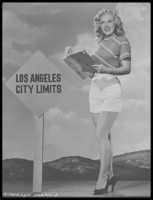 """1948 / Young Marilyn starlette, sous l'objectif du photographe Ed CRONENWETH, alors qu'elle tourne le film """"Ladies of the chorus""""."""