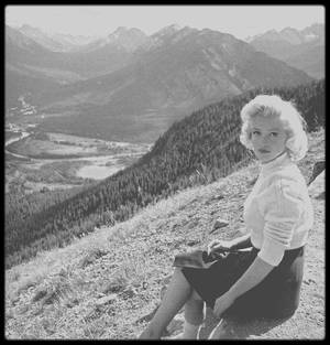 """1953 / Sur les traces de Marilyn à Banff, Canada, lors du tournage des extérieurs du film """"River of no return"""", sous l'objectif du photographe John VACHON."""