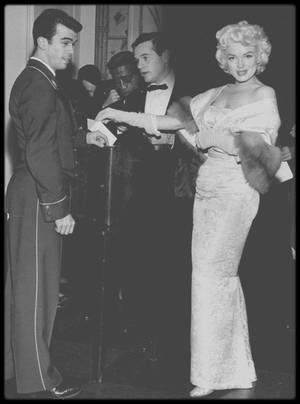 """9 Mars 1955 / (Part V) Marilyn et Milton GREENE lors de la première du film """"East of eden"""". (voir tag pour plus d'informations)."""