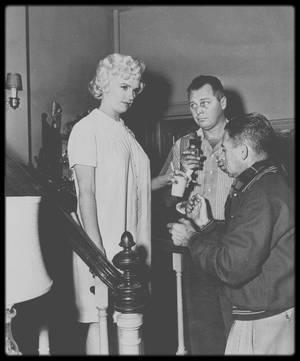 """1954 / Marilyn en chemise de nuit lors du tournage d'une scène du film """"The seven year itch"""", notamment avec Billy WILDER en pleine répétition, les accessoiristes ou sa coiffeuse Gladys RASMUSSEN."""