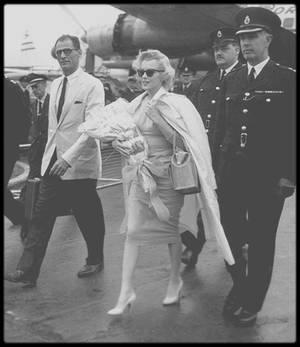 """14 Juillet 1956 / C'est sous une pluie battante que le couple MILLER arrive à l'aéroport de Londres, où Marilyn doit débuter les jours prochains, le tournage du film """"The Prince and the showgirl"""". Le couple voyage avec pas moins de 27 valises."""