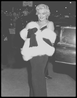 """12 Décembre 1955 / Première du film """"The rose tattoo"""", où Marilyn a pour """"chevalier servant"""" lors de la soirée, Marlon BRANDO."""