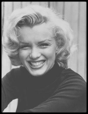 1953 / (Part IV) Commençons la journée avec le sourire et des photos du photographe Alfred EISENSTAEDT, Marilyn dans le patio de son appartement sur Doheny Drive.