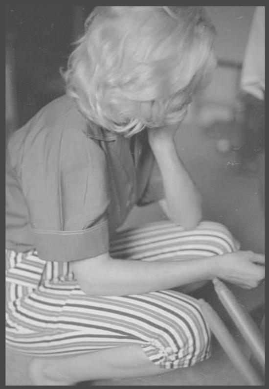 1953 / Candide Marilyn chez Joe SCHENCK, sous l'objectif de Milton GREENE.