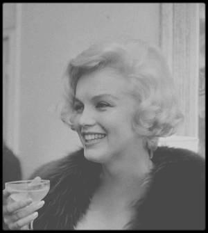 """26 Février 1959 / (Part III) Marilyn accompagnée de MILLER et de sa secrétaire May REIS, reçoit """"L'Etoile de cristal"""" pour la """"meilleure interprète étrangère"""" dans le film """"The Prince and the showgirl"""", distinction française, décernée par l'Institut du film français, remise à l'Ambassade française de New-York. Marilyn jouera avec les teckels de l'Ambassadeur."""