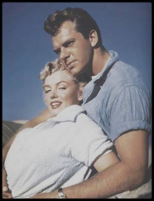 "1951 / PHOTOS PROMOTIONNELLES du film ""Clash by night"", de Fritz LANG ; Marilyn dans les bras de l'acteur Keith ANDES."