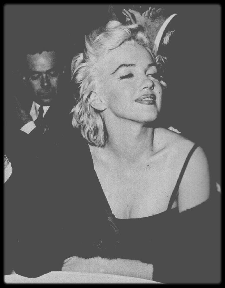 """2-8 Décembre 1954 / (Part II) Le 2 décembre 1954, Sammy DAVIS Jr. fait sa première apparition publique depuis son accident de voiture, dans lequel il perdit un oeil.  Jess RAND, son publicitaire, organise une soirée chez lui à Los Angeles, pour fêter son propre anniversaire (son dernier en tant que célibataire avant qu'il ne se marrie avec Bonnie BYRNES une semaine plus tard) et pour marquer le retour de Sammy, invitant Jeff CHANDLER, Marilyn, Milton GREENE, Tony CURTIS. Marilyn portait une petite robe noire à fines bretelles. Puis le groupe se rend au """"Crescendo Club"""" (une boîte située sur Sunset Strip) pour voir le chanteur Mel TORME qui se produit sur scène. Enfin, Marilyn, Milton et Sammy terminent la soirée au Club """"Mocambo"""". Le 8 décembre 1954, Sammy DAVIS Jr. fête ses 29 ans et organise une fête d'anniversaire chez lui, sur Evanview Drive, à Los Angeles. Parmi les invités: Cindy BITTERMAN, Judy GARLAND, Frank SINATRA, Bob NEAL, Jeff CHANDLER ainsi que Tony CURTIS, Marilyn et Milton GREENE. Après la fête, SINATRA, Bob NEAL et Judy GARLAND se rendent au """"Crescendo Club"""" pour voir Mel TORME."""