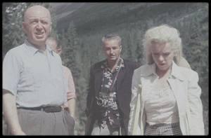 """1953 / Les rares de Marilyn lors du tournage du film """"River of no return"""", dans une scène, près de la rivière, qui sera coupée au montage."""