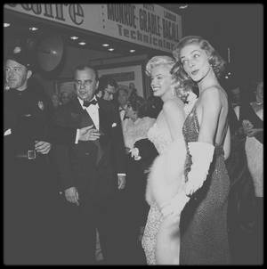 "4 Novembre 1953 / (Part VI) Marilyn, accompagnée de Lauren BACALL, Humphrey BOGART ou encore Nunally JOHNSON, se rend à la Première du film ""How to marry a millionaire""."