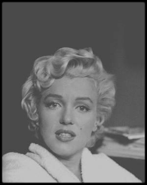 """1954 / Marilyn en peignoir lors du tournage du film """"The seven year itch""""."""