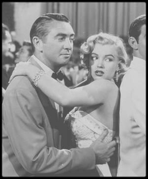 """1951 / Tournage et photos du film """"Let's make it legal"""" (""""Chéri divorçons""""). / SUR LE TOURNAGE / Rupert ALLAN, le rédacteur en chef de la prestigieuse revue américaine """"Look"""", consacrera un long article sur Marilyn en 1951, où il relate certaines anecdotes : """"Marilyn n'est jamais contente d'elle. Une nouvelle timidité s'est emparée d'elle, et si par hasard elle tombe sur un miroir, elle y voit une multitude de défauts qu'elle pense devoir cacher."""" Une anxiété qui explique les retards déjà décrits par le journaliste Robert CAHN dans un article de """"Collier"""" paru au printemps 1951, et qui font d'ores et déjà partie de la réputation de Marilyn. Sur le tournage de """"Let's make it legal"""", les retards de Marilyn MONROE s'accentueront de plus belle. Marilyn ayant déjà tourné l'année précédente sous la direction du réalisateur Richard SALE dans """"A Ticket to Tomahawk"""", où elle n'y tenait qu'un petit rôle secondaire, elle y avait tout de même réussi à créer un incident. Alors que, suite à un nouveau retard, l'assistant de Richard SALE la menaçait de la faire remplacer, Marilyn lui rétorqua que l'on pouvait très bien le remplacer lui aussi """"et sans avoir à retourner la scène avec quelqu'un d'autre."""" Et sur le tournage de """"Let's make it Legal"""", l'ambiance ne sera guère meilleure. Richard SALE ira même jusqu'à demander à l'actrice de s'excuser publiquement à toute l'équipe pour ses retards répétés. Ce qu'elle fit par faire, non sans avoir au préalable quitté le plateau précipitamment !"""