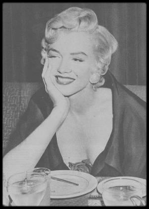 """12 Septembre 1954 / RARES CANDIDES de Marilyn se rendant dîner au restaurant """"El Morocco"""" ; elle dînera avec DiMAGGIO (voir tag)."""