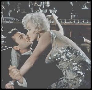 """1958 / Marilyn et Tony CURTIS dans une des scènes du film """"Some like it hot""""."""
