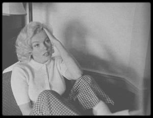 """1953 / Marilyn blessée à la cheville lors du tournage d'une scène du film """"River of no return"""", dans sa chambre d'Hôtel, ou s'esseyant au golf, sous l'objectif du photographe John VACHON."""