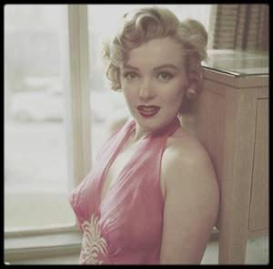 "1952 / Marilyn dans sa chambre du ""Beverly Carlton Hôtel"", sous l'objectif du photographe Philippe HALSMAN."