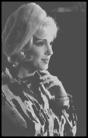 """1er Juin 1962 / Marilyn fête son 36ème anniversaire sur le plateau du film """"Something's got to give"""", petite fête surprise organisée par les membres et personnels de l'équipe du tournage, ainsi que les acteurs et réalisateur du film."""