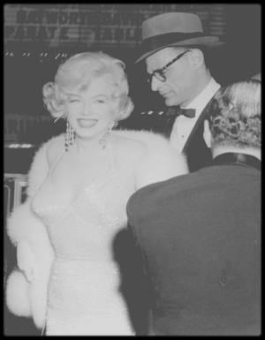 """29 Mars 1959 / Marilyn et Arthur se rendent à la Première du film """"Some like it hot"""" ; Le photographe Richard AVEDON immortalisera Marilyn sur les photos promotionnelles du film et la star fera la une des plus prestigieux magazines."""