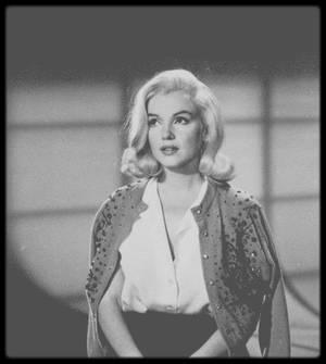 """1960 / Marilyn lors des essayages et ajustages de la perruque qu'elle portera dans le film """"The misfits"""", tant ses cheveux étaient abîmés à cette époque."""