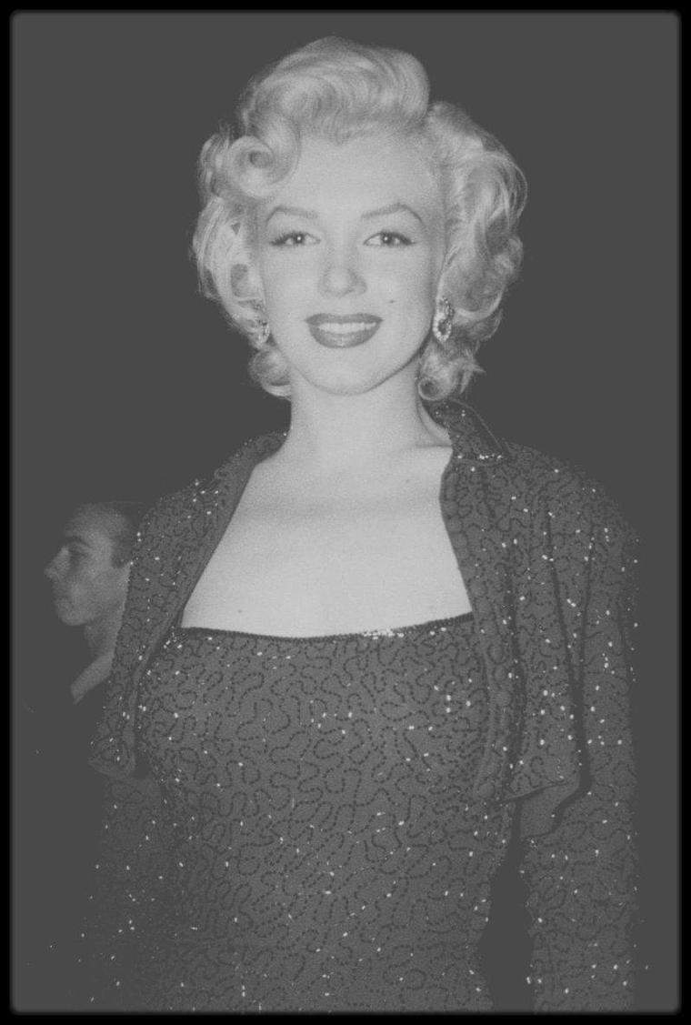 """Février 1954 / En février 1954, Marilyn MONROE arrive en Corée. Il fait un froid polaire, la guerre est dure pour les G.I. et les conditions sont terribles. Mais Marilyn, qui vient d'interrompre son voyage de noces pour aller chanter en Corée - son mari Joe DiMAGGIO est resté au Japon pour le démarrage de la saison de base-ball - n'en a cure. Elle sent que le public l'adore. Et c'est vrai : en quatre jours, elle donne 10 shows, parfois face à un public de 17 000 spectateurs. """"Debout, sous la neige, face aux soldats, j'ai senti, pour la première fois de ma vie, que je n'avais peur de rien. J'étais heureuse"""", avouera-t-elle plus tard.  Heureuse ? Voire. Car Marilyn s'exhibe en robe décolletée, et ne porte pas de sous-vêtements. Les bidasses sont ravis, et, parfois, des émeutes se déclenchent, dont la star s'extrait en hélicoptère. En revanche, Joe DiMAGGIO, qui regarde les actualités à la télé, est furieux. Il voit son épouse chanter """"Diamonds Are A Girl's Best Friend"""", """"Bye Bye Baby"""", """"Somebody Loves Me"""" et """"Do It again"""" (que la censure militaire a modifié en """"Kiss Me again"""", moins provocant), et il fulmine. Immense vedette, absolument adoré aux Etats-Unis, DiMAGGIO est d'une jalousie féroce, jalousie qui provoquera la fin d'un mariage ayant duré neuf mois. Marilyn, selon son habitude, allume tous les spectateurs. Portée par le désir de milliers de soldats, Marilyn est consciencieuse. Ca ne va pas durer. Quelques jours plus tôt, la Fox a suspendu son contrat. Ses absences et ses retards ont contraint le studio à reporter le tournage de """"la Diablesse en collants roses"""". Et, dès le retour aux Etats-Unis, la vie reprend son triste cours : Marilyn s'ennuie avec DiMAGGIO, le trompe très vite, prend des médicaments, pose pour la célèbre photo de """"Sept Ans de réflexion"""" - sur des grilles de métro, sa robe se soulève, dévoilant ses jambes. Puis, lors d'une soirée, elle rencontre le sénateur John F KENNEDY. Et là, c'est une autre histoire, sordide et passionnelle, qui commenc"""