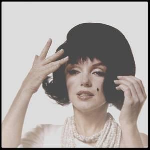 """Juillet 1962 / Session """"black wig"""", Marilyn parodiant Jackie KENNEDY, avec cette perruque, qui à l'époque avait cette coiffure, sous l'objectif du photographe Bert STERN."""