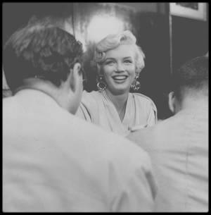 """8 Septembre 1954 / Marilyn arrive à New York à l'aéroport d'Idlewild, pour débuter le tournage du film """"The seven year itch"""" ; une conférence de presse est improvisée sur le tarmac, avant de regagner le """"St Regis Hotel"""" où elle résidera le temps du tournage, s'empressant de téléphoner à Joe, resté à Los Angeles, sous l'objectif de son ami et photographe Sam SHAW. (Photos + captures d'écran perso)."""