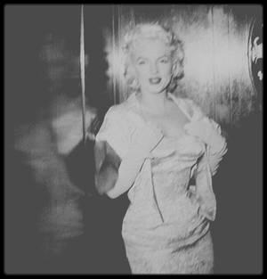 """9 Mars 1955 / Marilyn lors de la première du film """"East of eden"""", avec James DEAN, Julie HARRIS ou encore Richard DAVALOS,  seul acteur du film présent lors de la soirée et qui échange quelques mots avec Marilyn. Elle est accompagnée par Milton GREENE."""