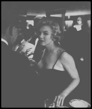 """Mars 1959 / Marilyn se rend à Chicago pour deux jours, afin de promouvoir la sortie du film """"Some like it hot"""", dont une partie se déroule dans cette ville ; Lors de son séjour, elle posera pour des photos en studio pour les photographes Manfred Linus KREINER et Earl GUSTIE."""