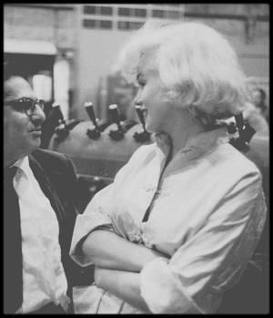 """1958 / RARES photos de Marilyn sur le tournage du film """"Some like it hot"""", notamment avec Billy WILDER, Tony CURTIS et ses parents, Jack LEMMON, son maquilleur Allan SNYDER ou encore sa coach Paula STRASBERG et le journaliste Sidney SKOLSKY."""