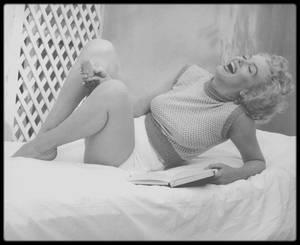 """1953 / Marilyn sur la terrasse et dans sa chambre du """"Bel Air Hotel"""" sous l'objectif d'Andre DE DIENES."""
