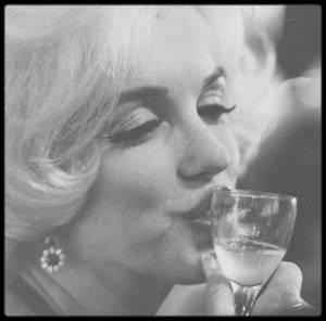 """5 Mars 1962 / C'est aux côtés de son nouvel amant, José BOLANOS, acteur Mexicain, qu'est décerné à Marilyn le Golden Globe Award par la """"Hollywood Foreign Press Association"""" de «  L'actrice préférée dans le monde en 1961 »."""