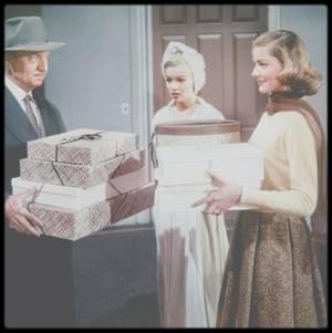 """1953 / Marilyn en peignoir et lunettes (rôle de myope) dans le film """"How to marry a millionaire"""", aux côtés de Betty GRABLE et Lauren BACALL."""