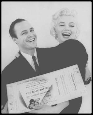 """12 Décembre 1955 / Marilyn et Marlon BRANDO firent une séance photo au studio de Milton GREENE avant de se rendre à la première de « The rose tattoo », à une soirée destinée à récolter des fonds pour """"l'Actors Studio"""" (ils récolteront 100 000 $) ; puis ils participèrent au dîner donné à  l'issue de la représentation au """"Sheraton Astor Hotel"""", auquel assistèrent entre autres les STRASBERG, les ROSTEN, Arthur JACOBS son agent publicitaire, Jayne MANSFIELD et Arthur MILLER."""