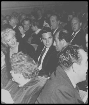 "4 Octobre 1954 / Marilyn et une pleiade d'artistes (voir listing des invités) assistent la la pré-projection du film ""There's no business like show business""."