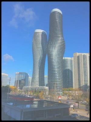 """2010-2012 / HOMMAGE URBAIN / Les """"Absolute Towers"""" ou """"Marilyn MONROE towers"""", en raison de leur courbe, à Toronto, deux gratte-ciels résidentiels dans la ville de Mississauga."""