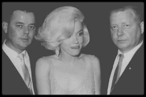 19 Mai 1962 / Marilyn ne savait pas qu'en tenant cet engagement elle offrait à la Fox un argument pour la congédier du tournage de « Something's got to give ». Ce fut la dernière occasion connue où Marilyn rencontra John KENNEDY ; elle susurra « Happy birthday » devant 17 000 démocrates et de nombreuses stars (Ella FITZGERALD, Peggy LEE, Henry FONDA, Maria CALLAS, Harry BELAFONTE...) réunis pour soutenir financièrement la campagne présidentielle de John KENNEDY. Comme tout le monde, Marilyn s'acquitta du droit d'entrée de 1 000 $. L'animateur de la soirée était Jack BENNY. Elle arriva en retard, plutôt éméchée.