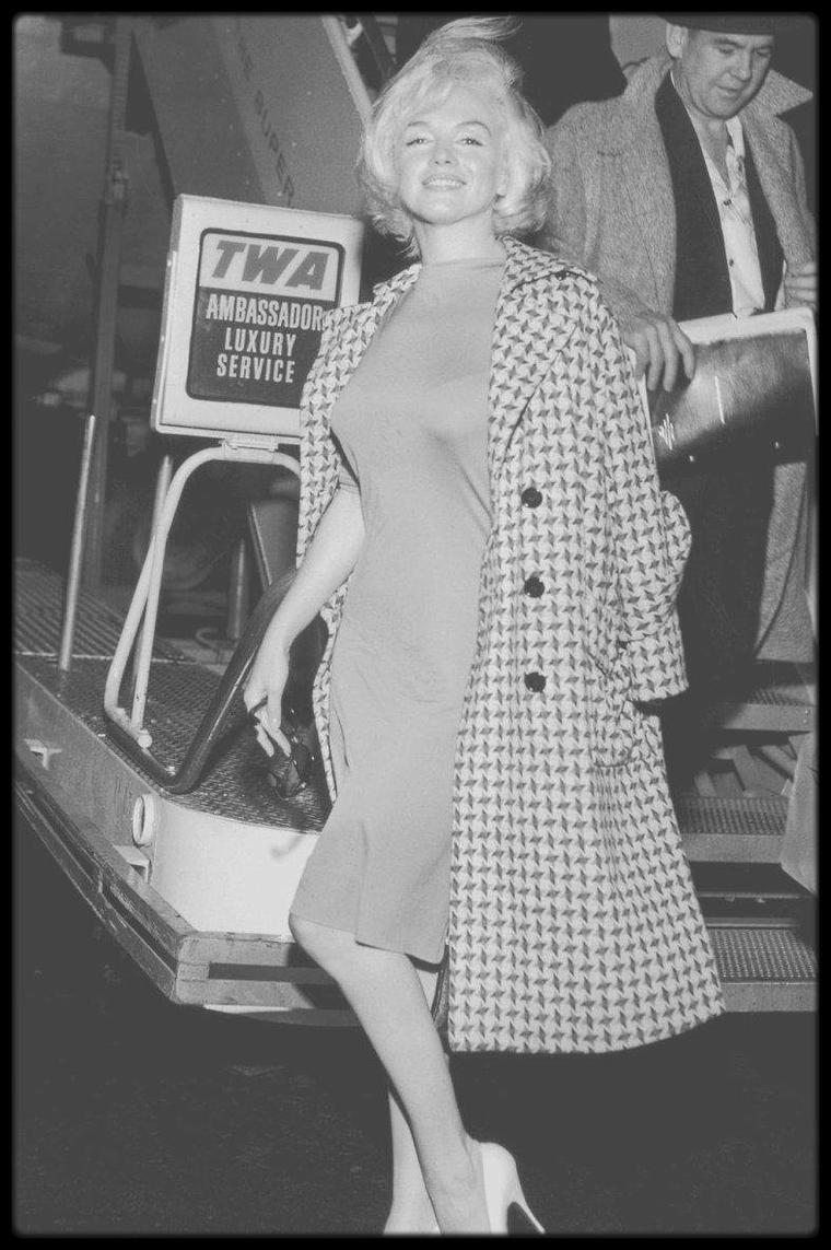 1961 / Jolie candide de Marilyn portant une tenue et un manteau du créateur Emilio PUCCI (voir article dans le blog) qu'elle affectionne tout particulièrement.