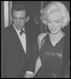 """5 Mars 1962 / Nouvelles images de la soirée des """"Golden Globe Awards"""", où à l'occasion, Marilyn reçoit, aux côtés de son nouvel amant mexicain, le précieux trophée."""
