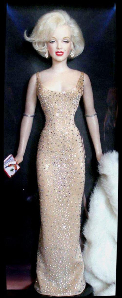 LES POUPEES REALISTES de Marilyn de l'artiste Kim GOODWIN. (poupées choisies pour l'article représentant Marilyn en 1962).