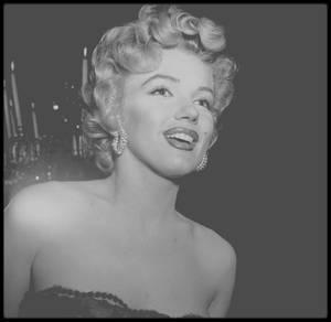 """18 Juillet 1952 / Marilyn retrouve son partenaire Richard WIDMARK dans le film """"Don't bother to knock"""", pour la soirée de la Première. Parmi les convives, David WAYNE sera de la fête."""