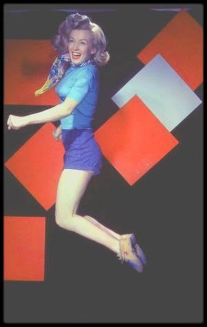 """1949 / """"La jumpologie"""" avant Philippe HALSMAN (voir photos et articles sur le blog), young Marilyn sous l'objectif de Laszlo WILLINGER."""
